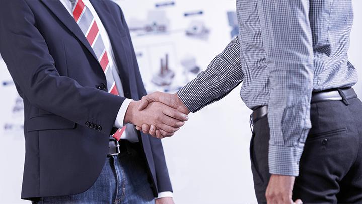 Händeschütteln beim Besuch eines Kunden vor Ort
