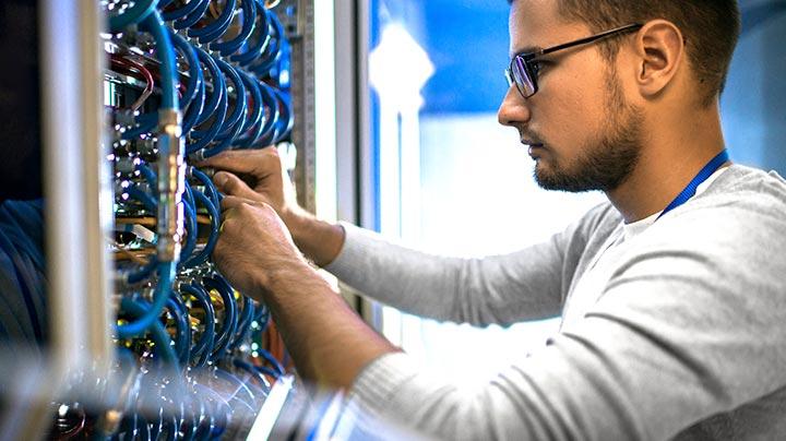 Verbindung von Kabeln im Serverraum