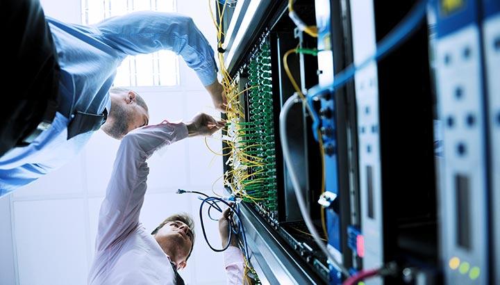 IT-Ingenieure im Netzwerk-Serverraum